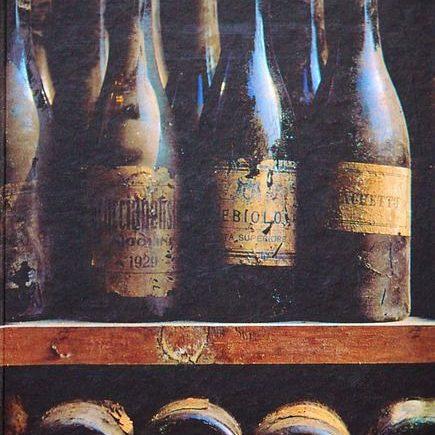 Alte Weinflaschen in einem Regal