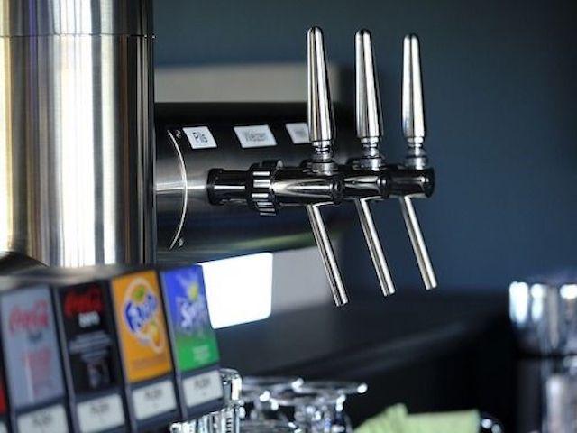 Eine typische Anlage für das Zapfen von Getränken in einem Restaurant