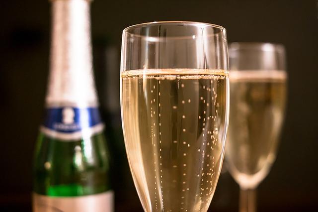 Champagnergläser mit Champagner gefüllt