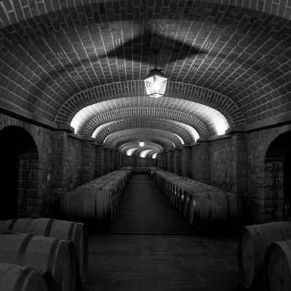 Keller mit alten Weinfässern