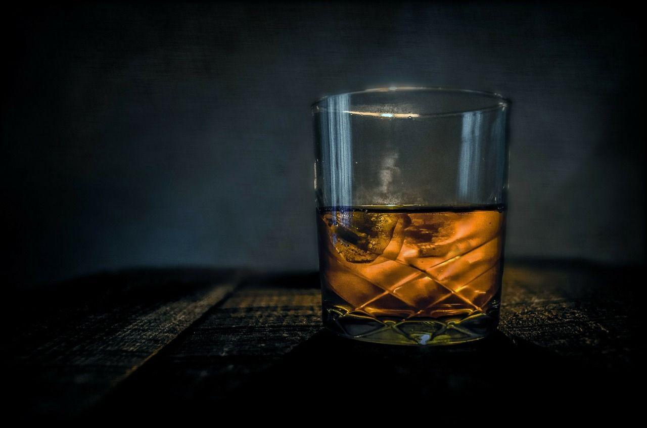 Ein Drink mit Whisky auf Eiswürfeln