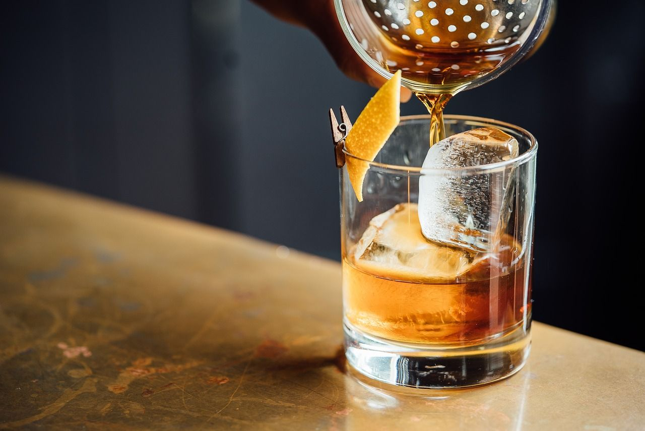 Cocktail mit Zeste in einem Tumbler